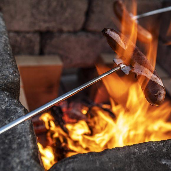 Firepit-tulisija, makkaranpaistoa